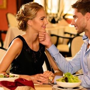 Şık bir restoranda yemek yiyerek