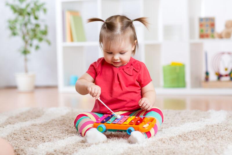 ksilifon çalan bebek