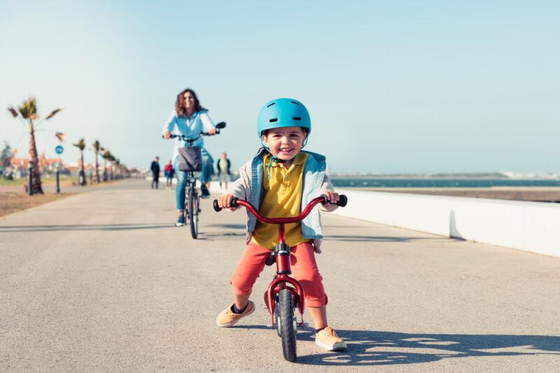 denge bisikletine binen çocuk
