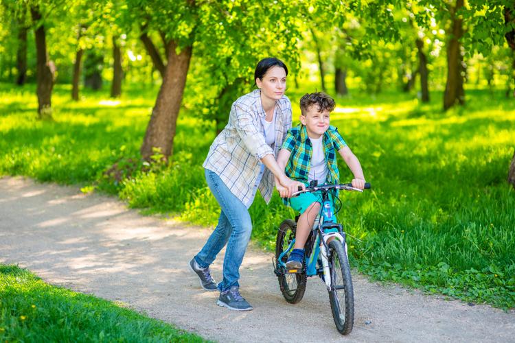 bisiklete binmeyi öğrenen çocuk