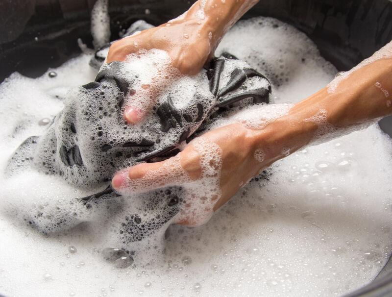 siyah kıyafet elde yıkama